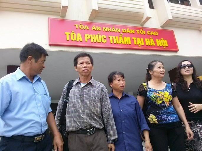 Ông Nguyễn Thanh Chấn, áo sọc cùng người nhà và luật sư vừa làm việc xong với Toà án