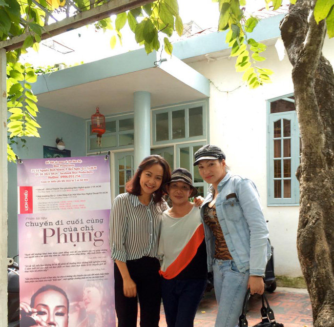 Hồng Ánh và 2 nhân vật của phim tại một trường học