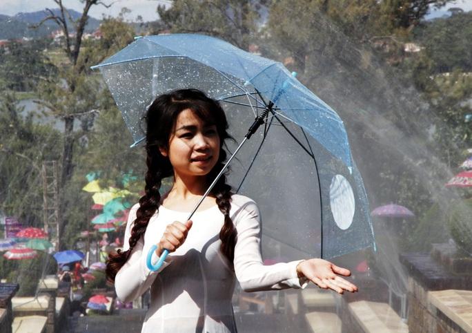 Thiếu nữa Đà Lạt dịu dàng trước mưa