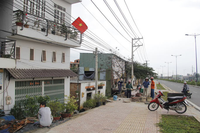 Hiện con đường Phạm Văn Đồng vẫn đang tiếp tục thi công, còn những hộ dân sống ở đây luôn bất an và chờ sự hỗ trợ từ chính quyền.