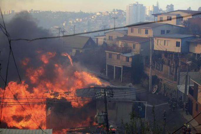 hơn 700 hecta rừng bị thiêu rụi và ngọn lửa lan sang khu dân cư trên đồi La Cruz và Las Canas. Ảnh: Reuters