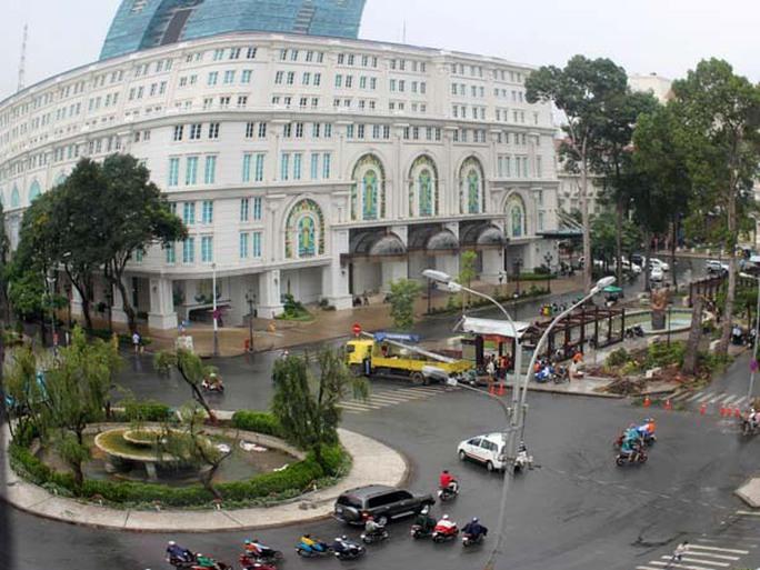 Đài phun nước và những cây liễu rũ ở vòng xoay giao giữa đường Lê Lợi với Nguyễn Huệ cũng được tháo dỡ phục vụ thi công ga ngầm.