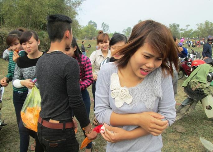 Những cô gái trẻ đẹp, ăn mặc bắt mắt thường là đối tượng cho màn ném cà chua.