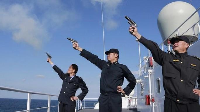 Quân đội Trung Quốc nổ súng báo hiệu bắt đầu cuộc tập trận Hải quân. Ảnh: Reuters