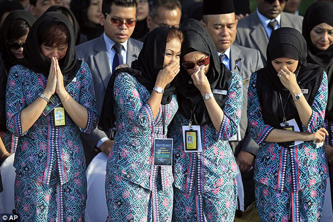 Tiếp viên hàng Malaysia Airline xúc động lúc bàn giao thi thể nạn nhân MH17