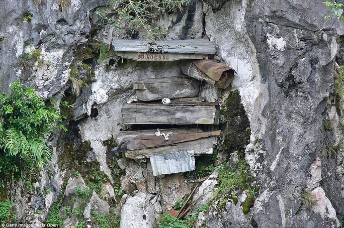 Hàng trăm quan tài bị đóng đinh treo lơ lửng trên vách đá