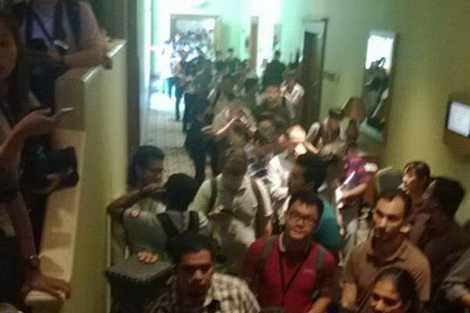 Phóng viên chờ đợi bên ngoài phòng họp báo ở Malaysia. Ảnh: The Star