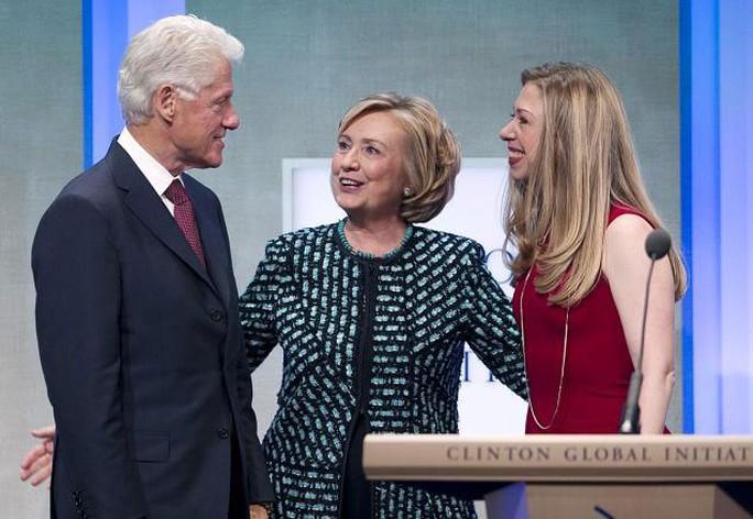 Vượt qua khó khăn, ông Bill, bà Hillary và cô con gái Chelsea vẫn duy trì được gia đình Clinton Ảnh: AP