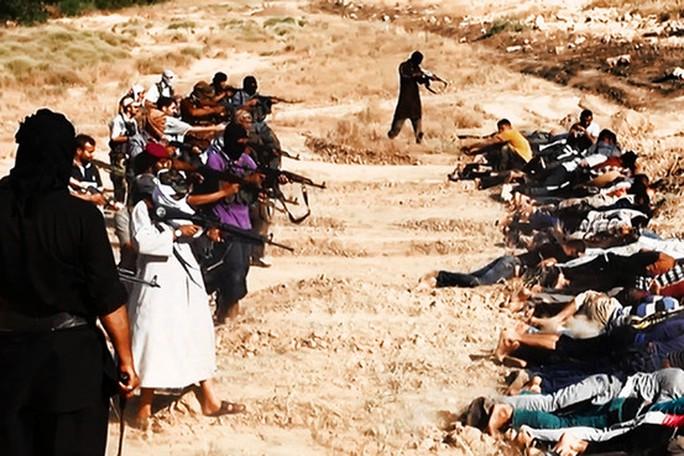 Các tay súng IS tung hình ảnh hành quyết cả ngàn binh lính Iraq lên mạng. Ảnh: AP
