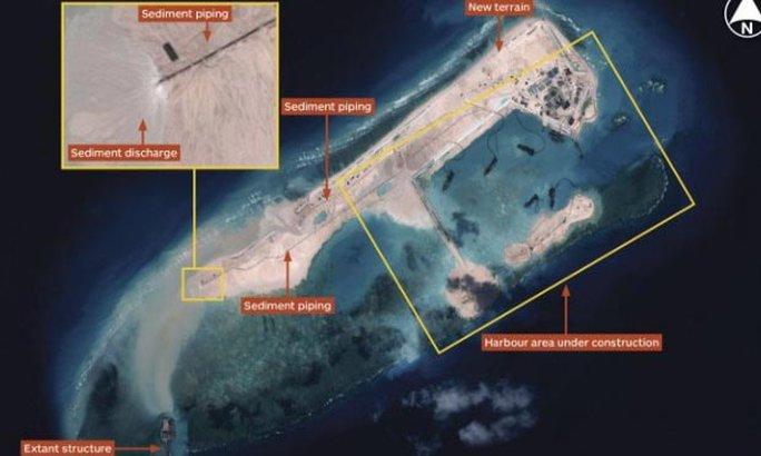 Công trình xây dựng của Trung Quốc trên bãi đá Chữ Thập Ảnh: IHS JANE'S