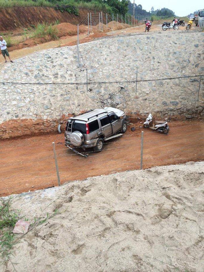 Ô tô lao xuống đường hầm dân sinh - ảnh ô tô fun