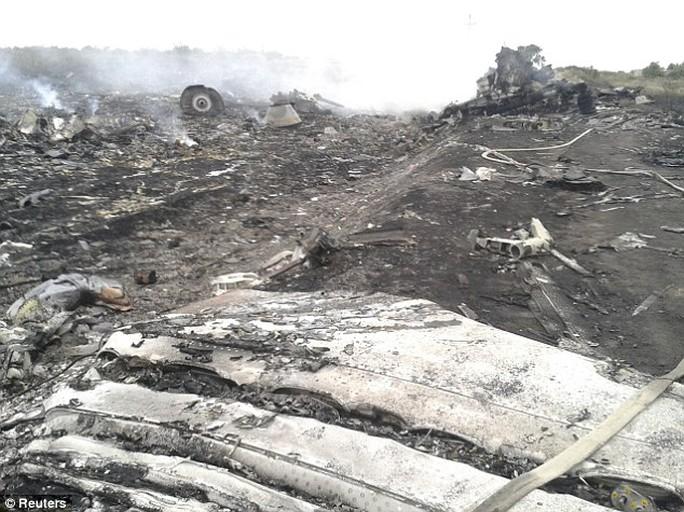 Hiện trường máy bay rơi gần Grabovo của vùng Donetsk. Các nhân chứng cho biết thi thể các nạn nhân văng xa nhiều km. Ảnh: Reuters