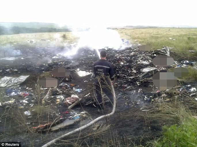 """Máy bay chở khách Malaysia """"bị bắn hạ"""" ở Ukraine, 295 người thiệt mạng"""