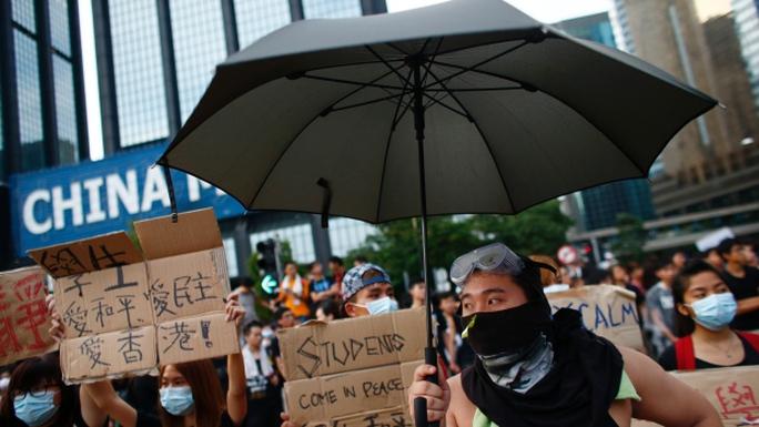 Người biểu tình tập trung quanh quảng trường Golden Bauhinia ở Hồng Kông hôm 1-10. Ảnh: Reuters
