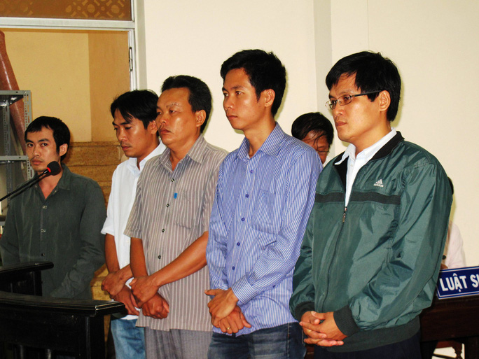 Các bị cáo ra vành móng ngựa trong phiên tòa sáng 29-3