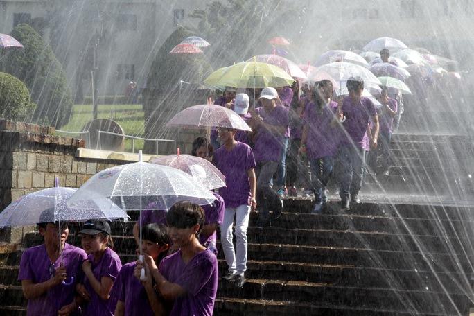 Không có mưa tự nhiên, BTC lễ hội đành dùng mưa nhân tạo