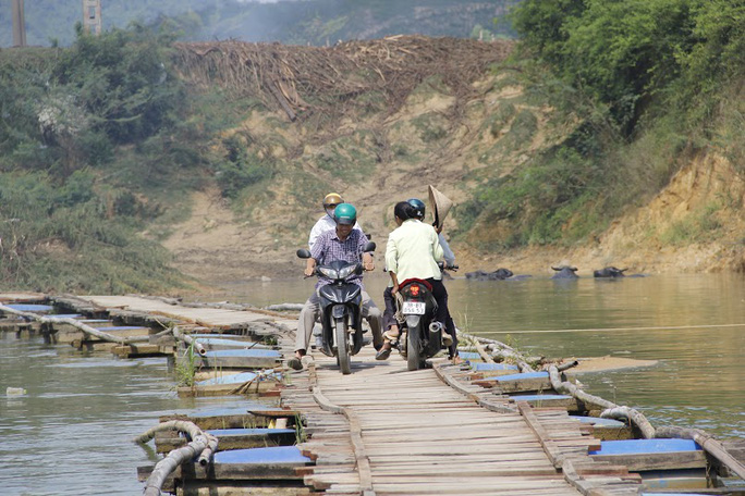 Do chiều rộng của cầu hẹp, đủ cho hai người đi bộ tránh nhau nên mỗi lượt xe máy chạy ngược