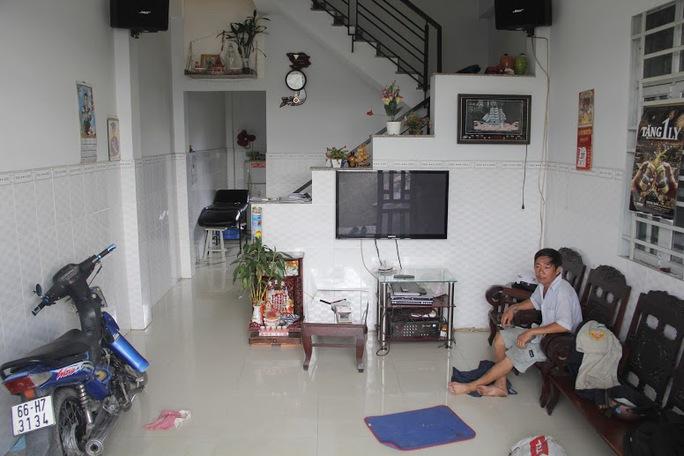 Ông Lê Hữu Lợi thẫn thờ nhìn căn nhà ngày càng bị nghiêng và nay mai sẽ đổ mà không thể làm gì, ông cho biết: để sửa lại một căn nhà như vậy ít nhất cũng phải trên 300 triệu đồng.