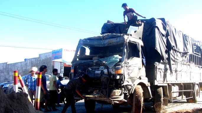 Phần trước chiếc xe tải bị hư hại khá nặng