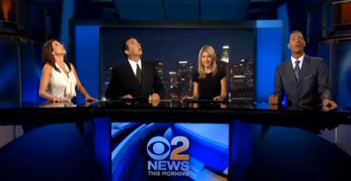 Các phát thanh viên của Đài CBSLA vẫn nhìn lên trần nhà khi bắt đầu chương trình. Ảnh: Business Insider