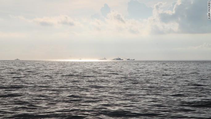 Tàu Trung Quốc phun vòi rồng vào tàu Việt Nam.