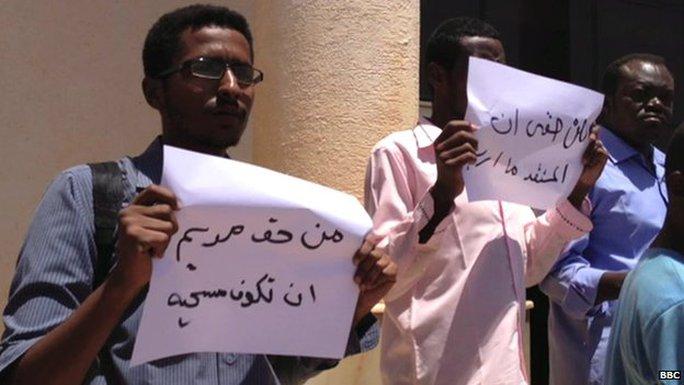 Một nhóm nhỏ người biểu tình phản đối quyết định của tòa án hôm 15-5. Ảnh: BBC
