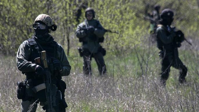 Quân đội Ukraine tuần tra gần sân bay thành phốKramatorsk. Ảnh: Reuters