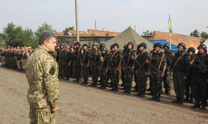 Tổng thống Ukraine Petro Poroshenko động viên binh lính Kiev. Ảnh: AP