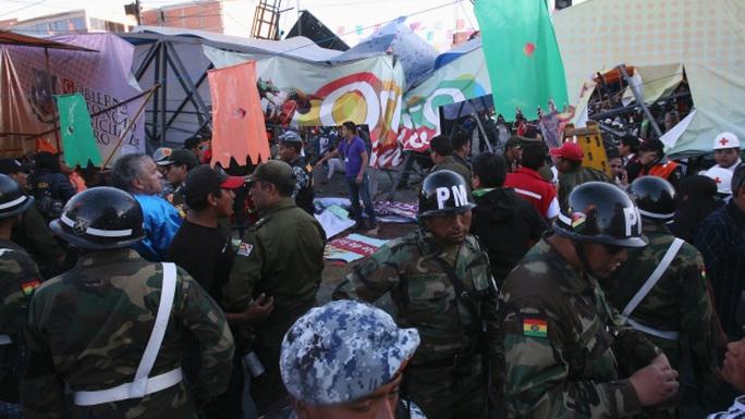 Lực lượng an ninh có mặt tại hiện trường. Ảnh: Reuters