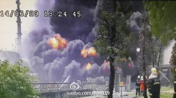 Vụ nổ nhà máy dầu công ty Sinopec trưa 9-6. Ảnh: China.org