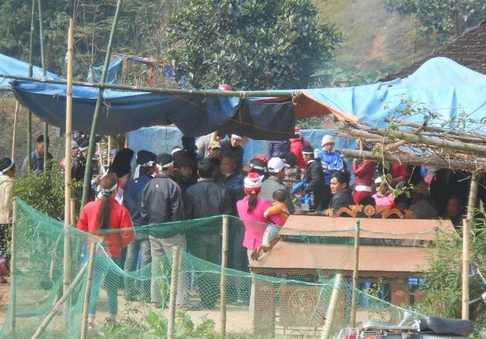 Gia đình và làng xóm đang làm lễ an táng cho ông Việt.
