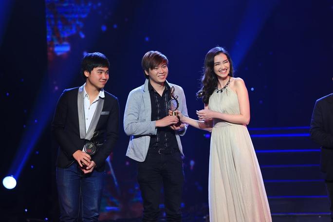 Phạm Toàn Thắng và Trần Văn Tuấn Long hạnh phúc nhận giải