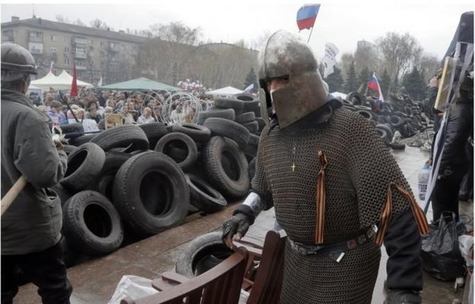 Một nhà hoạt động ủng hộ Nga tại thành phố Donetsk. Ảnh: BBC