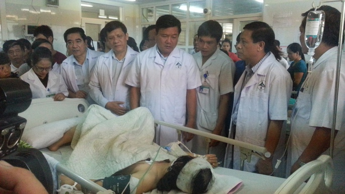 Bộ trưởng Đinh La Thăng thăm hỏi nạn nhân vụ tai nạn - ảnh: Văn Duẩn