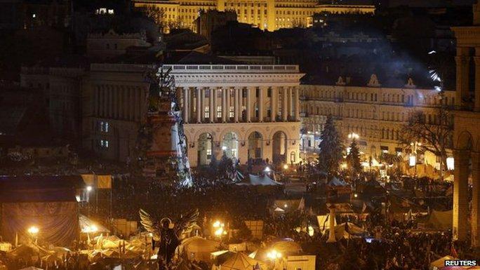 Quảng trường Độc lập vẫn mờ mịt khói lửa... Ảnh: Reuters