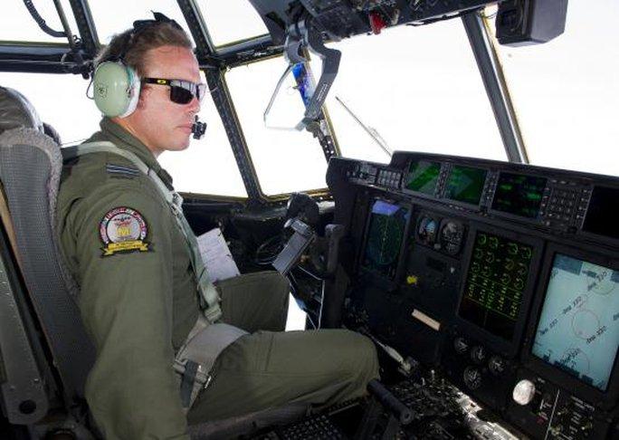 Máy bay Úc tìm kiếm đến tận đêm 21-3. Ảnh: Reuters