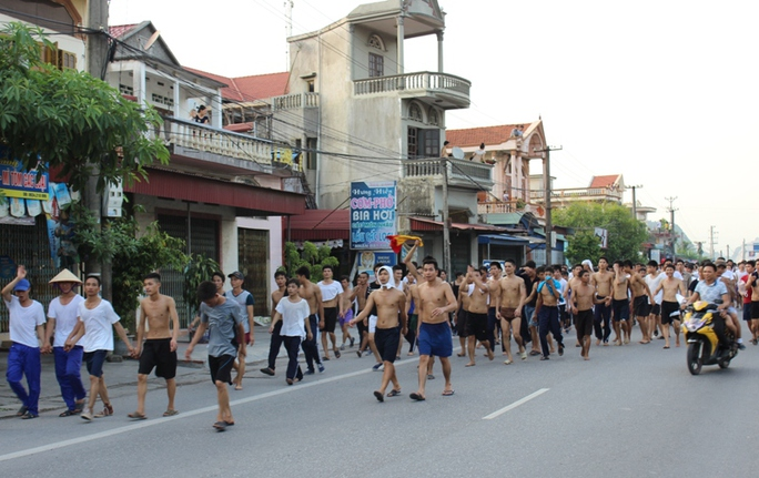 Hàng trăm học viên cai nghiện sau khi bỏ trốn, cởi trần đi về TP Hải Phòng