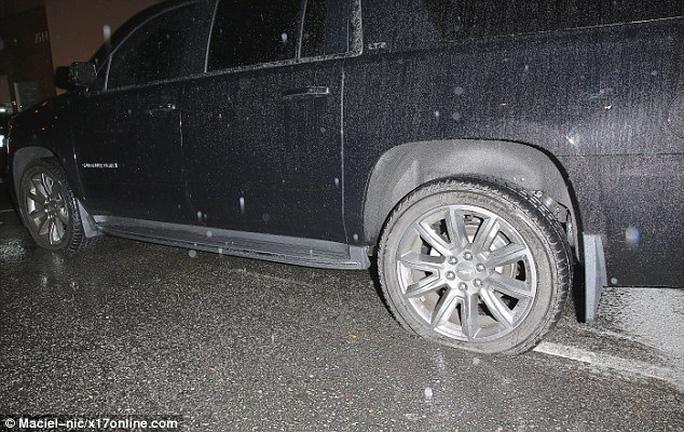 Chiếc xe chở Angelina Jolie gặp tai nạn