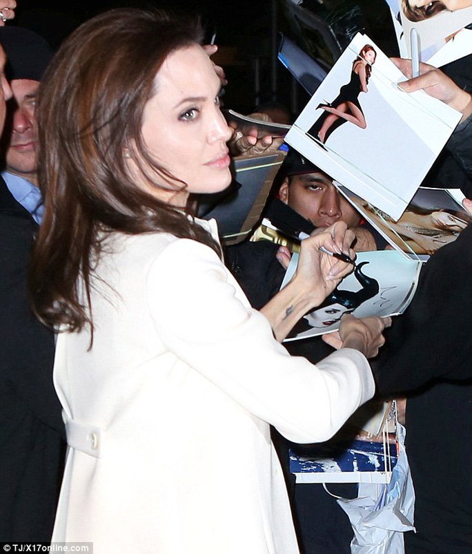 Chiều lòng fan, Angelina Jolie quỳ trên vỉa hè bẩn