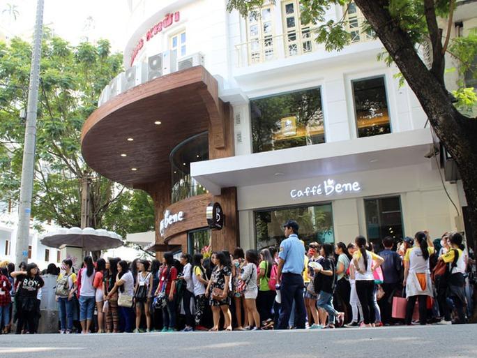Mọi người xếp hàng dài trên đường Đồng Khởi với sự giám sát của các bảo vệ quán