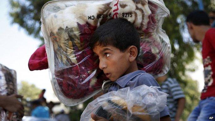 Trẻ em Palestine ở Gaza phải bỏ nhà đến các trại tị nạn của Liên Hiệp Quốc. Ảnh: AP