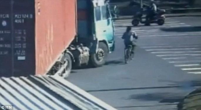 Xe tải rẽ phải nhưng không thấy xe đạp