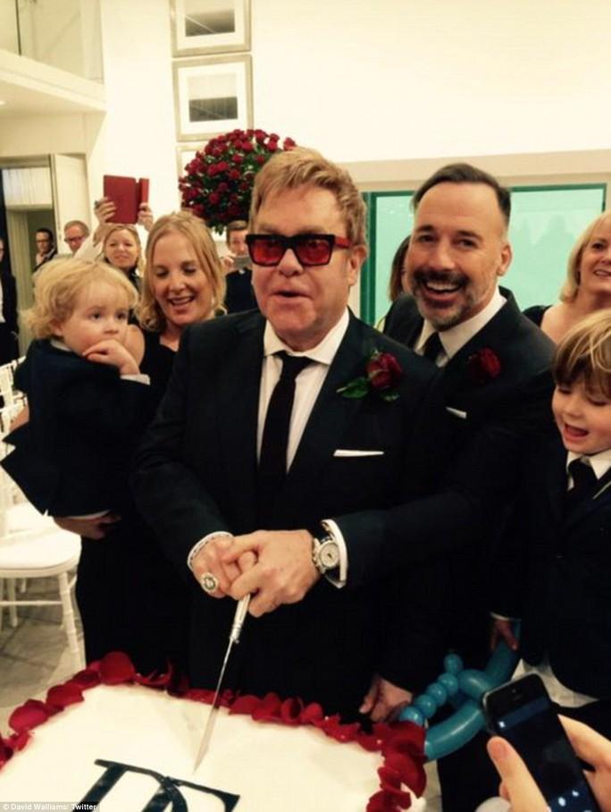 Elton John hạnh phúc trong ngày cưới