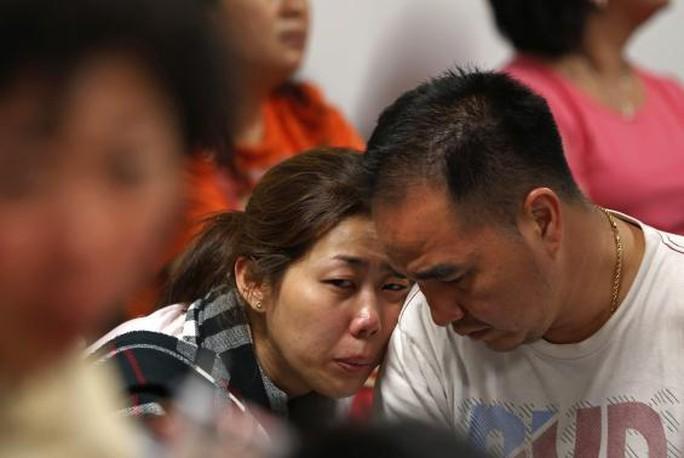 Thân nhân chờ đợi trắng đêm 28-12 tại sân bay Juanda ở TP Surabaya - Indonesia. Ảnh: Reuters