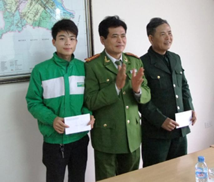 Tài xế taxi Nguyễn Minh Hoàng (bìa trái), từ chối hối lộ 10 triệu đồng của tên siêu trộm được lãnh đạo công an TP Thanh Hóa trao thưởng.