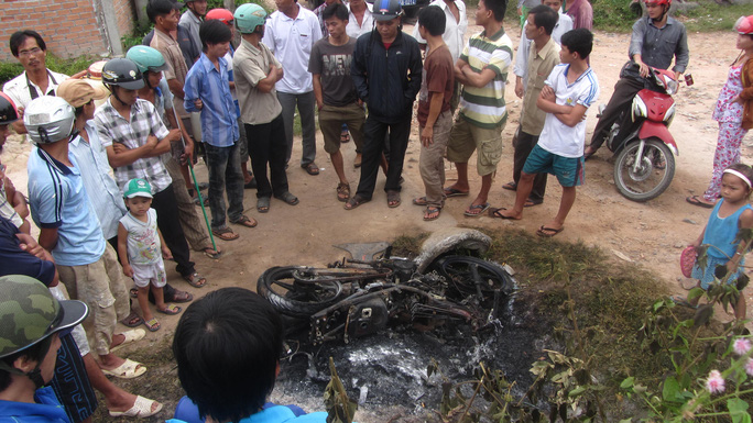Chiếc xe bị cháy rụi