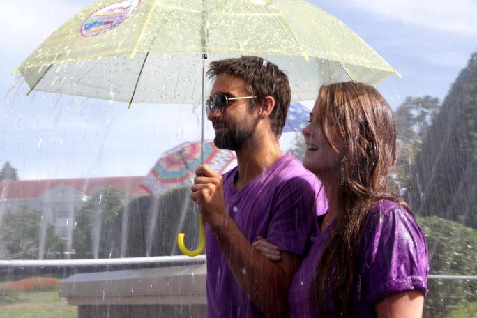 Khách nước ngoài cũng thích thú tham gia con đường mưa