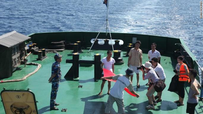 Một nhóm khoảng 40 phóng viên trong và ngoài nước có mặt trên tàu cảnh sát biển Việt Nam để ghi hình.