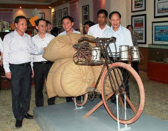 Ông Nguyễn Đức Quyền, Phó chủ tịch UBND tỉnh Thanh Hóa (bìa trái) tham gia triển lãm bến chiếc xe thồ phi thường chở 345 kg của công dân Trịnh Ngọc.
