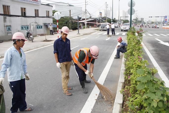 Công nhân đang làm những bước cuối cùng trước giờ thông xe.